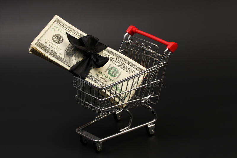 与堆的手提篮金钱美国人与黑弓里面身分的一百元钞票在黑背景 免版税库存照片