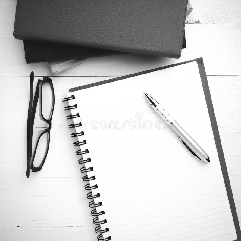 与堆的笔记薄书黑白音色样式 免版税库存图片