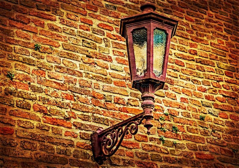与堡垒墙壁和路灯柱的老明信片 免版税库存照片
