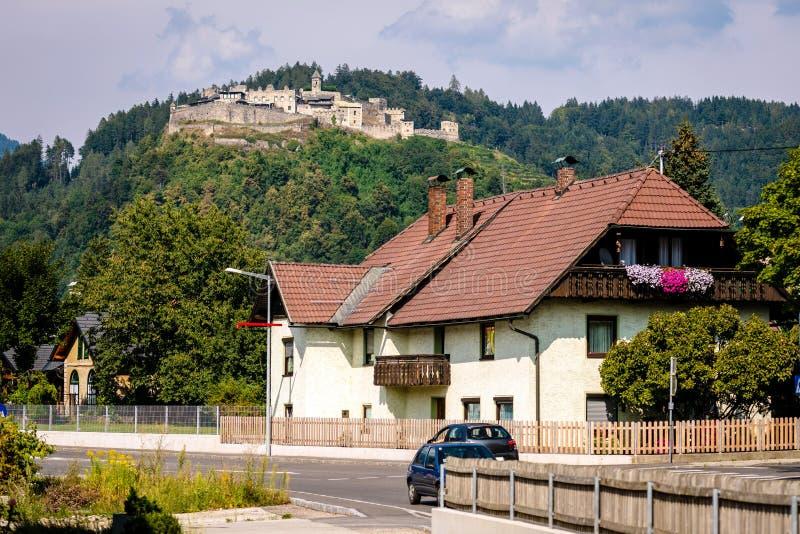 与堡垒的奥地利山镇风景在背景中 免版税图库摄影
