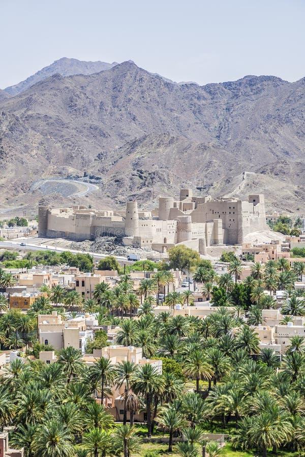 与堡垒Bahla的都市风景 库存图片