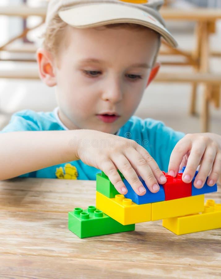 与塑料块的小男孩戏剧 免版税库存图片
