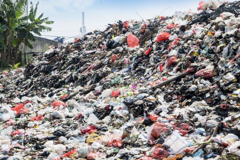 与塑料废打桩的垃圾填埋缩密法 免版税库存图片