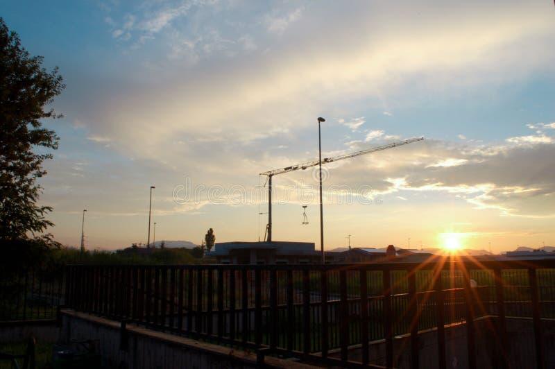 与塔吊的日出 图库摄影