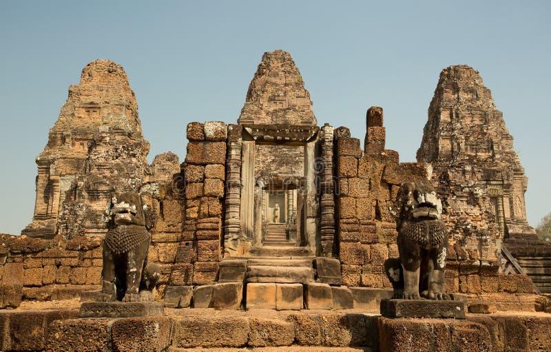 与塔和狮子的东部Mebon入口 免版税库存图片