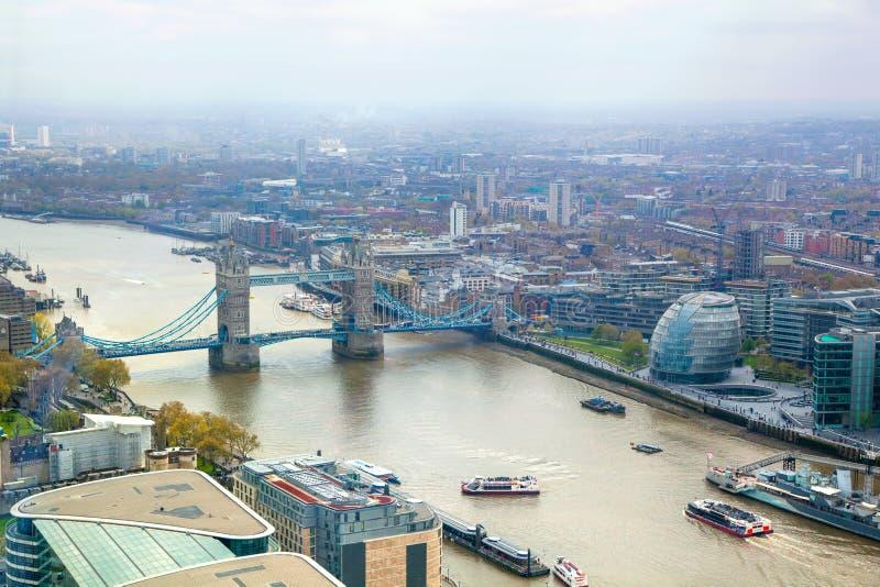 与塔桥梁和泰晤士河的伦敦市视图 免版税图库摄影