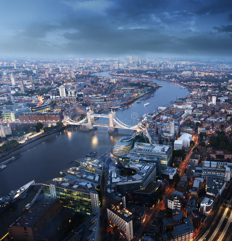与塔桥梁的伦敦鸟瞰图在日落时间 免版税图库摄影