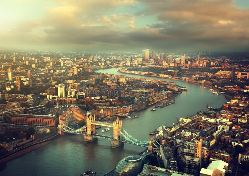 与塔桥梁的伦敦鸟瞰图 免版税库存照片