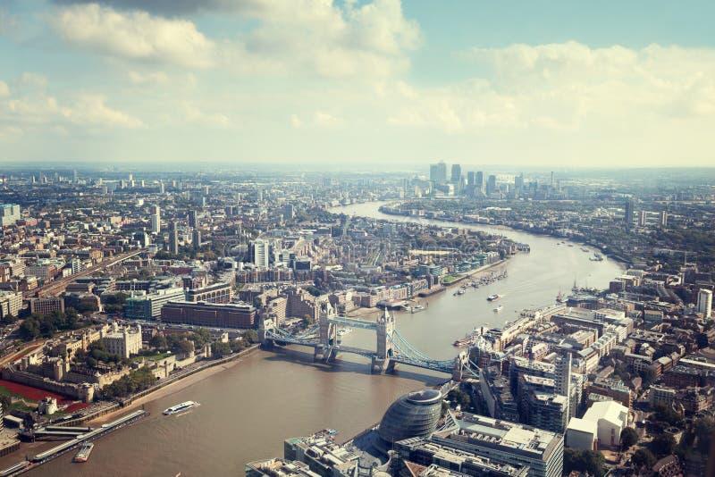 与塔桥梁的伦敦鸟瞰图 库存照片