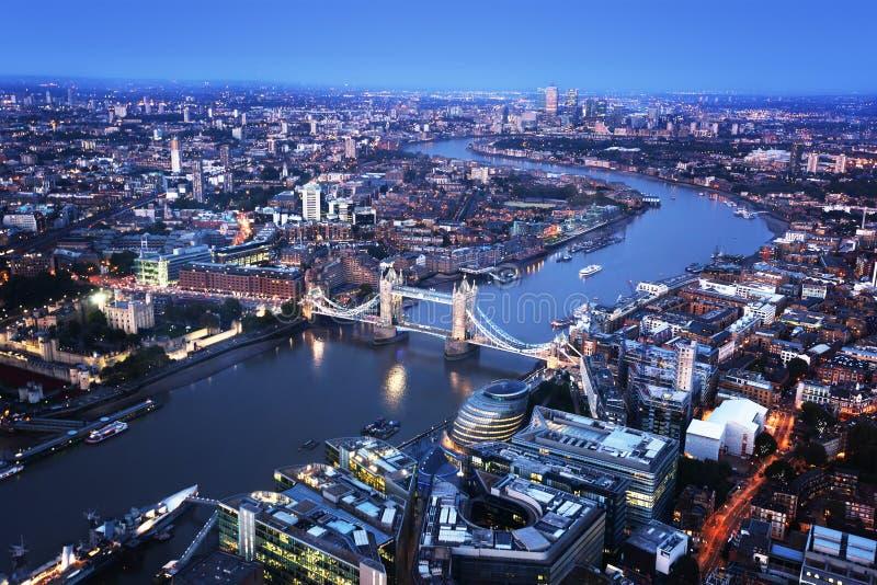 与塔桥梁的伦敦鸟瞰图 库存图片
