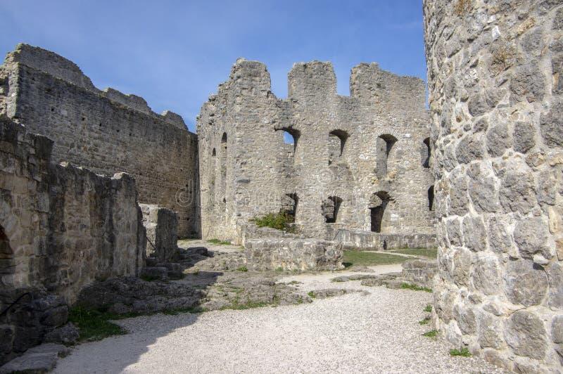 与塔,天空蔚蓝的Burgruine沃尔夫斯泰因老城堡废墟 库存图片