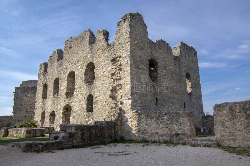 与塔,天空蔚蓝的Burgruine沃尔夫斯泰因老城堡废墟 免版税库存照片