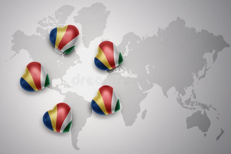 与塞舌尔群岛的国旗的五心脏世界地图背景的 库存例证