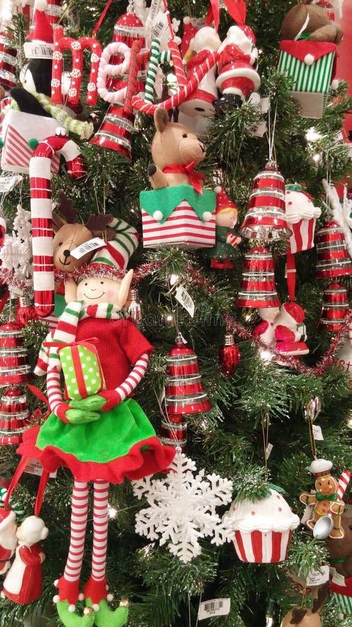 与填充动物玩偶的圣诞树 免版税图库摄影