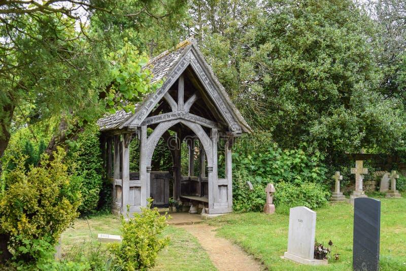 与墓石的Lichgate在农村英国公墓 图库摄影