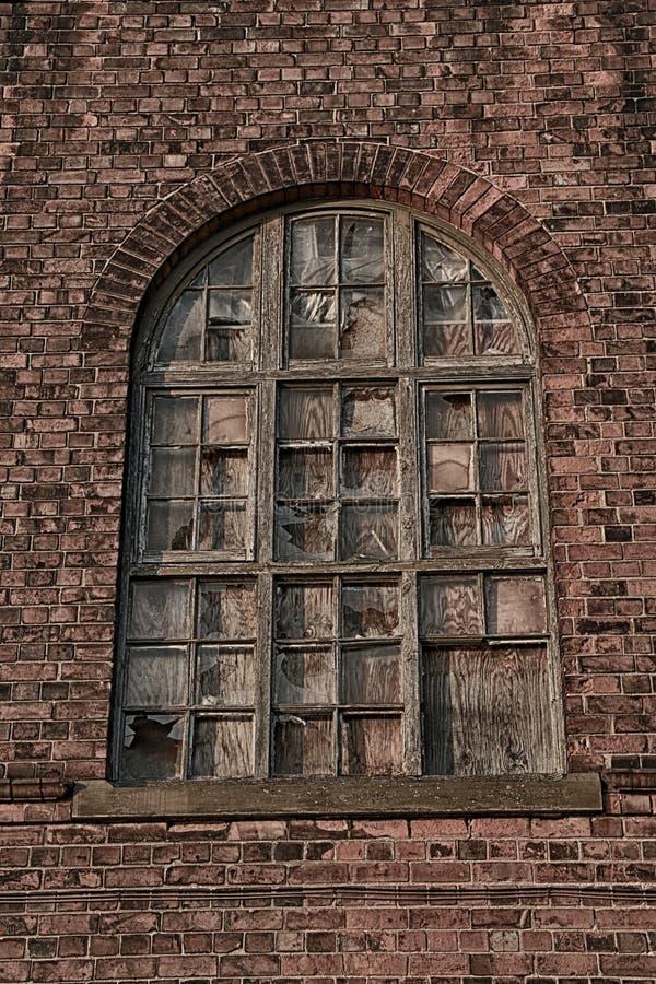 与墙壁细节的老打破的木窗玻璃 图库摄影
