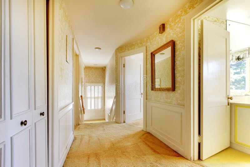与墙纸的老经典美国房子古董内部 库存照片
