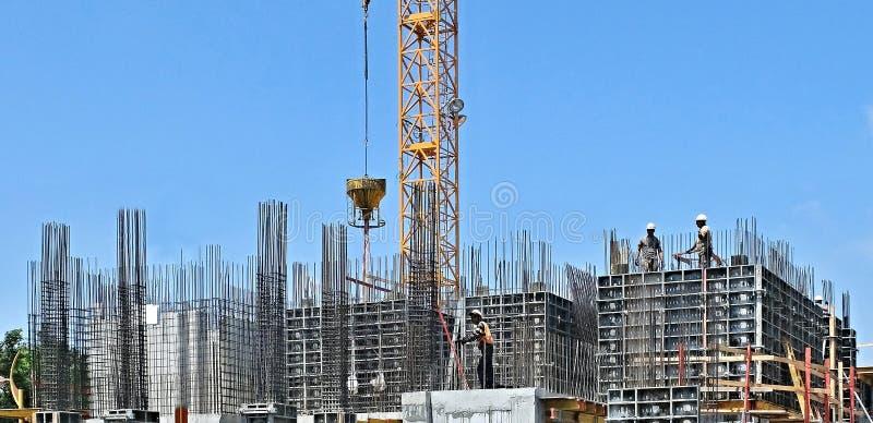 与增强和模板的准备的建筑坑基础的建筑的 库存图片