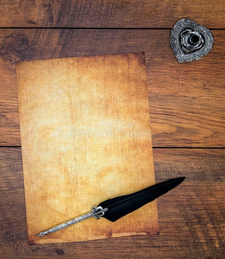 与墨水和纤管的空白的葡萄酒卡片在葡萄酒橡木-顶视图 免版税库存图片