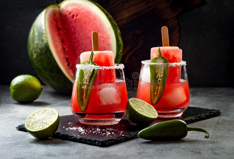 与墨西哥胡椒和石灰的辣西瓜冰棍儿玛格丽塔酒鸡尾酒 Cinco de马约角党的墨西哥酒精饮料 免版税图库摄影