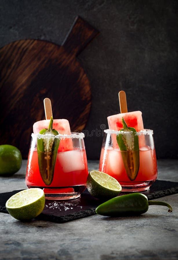 与墨西哥胡椒和石灰的辣西瓜冰棍儿玛格丽塔酒鸡尾酒 Cinco de马约角党的墨西哥酒精饮料 免版税库存照片