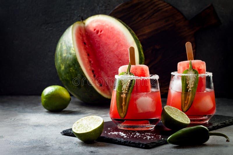 与墨西哥胡椒和石灰的辣西瓜冰棍儿玛格丽塔酒鸡尾酒 Cinco de马约角党的墨西哥酒精饮料 库存照片