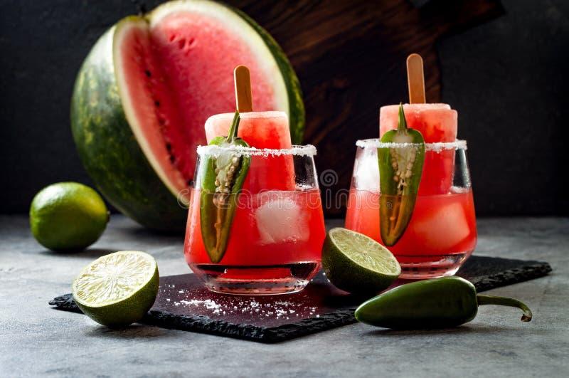 与墨西哥胡椒和石灰的辣西瓜冰棍儿玛格丽塔酒鸡尾酒 Cinco de马约角党的墨西哥酒精饮料 库存图片