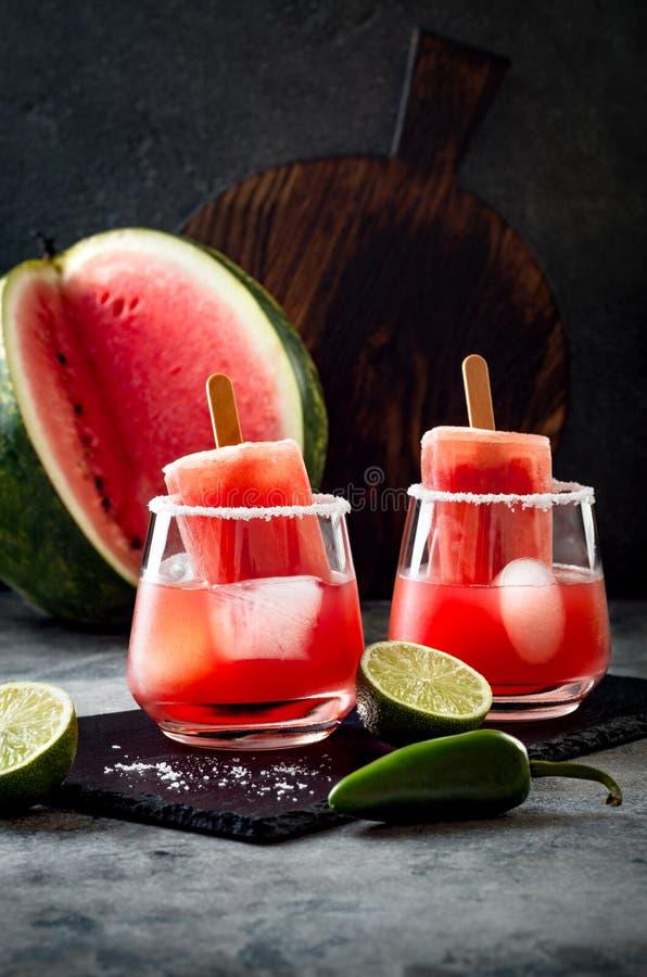 与墨西哥胡椒和石灰的辣西瓜冰棍儿玛格丽塔酒鸡尾酒 Cinco de马约角党的墨西哥酒精饮料 免版税库存图片