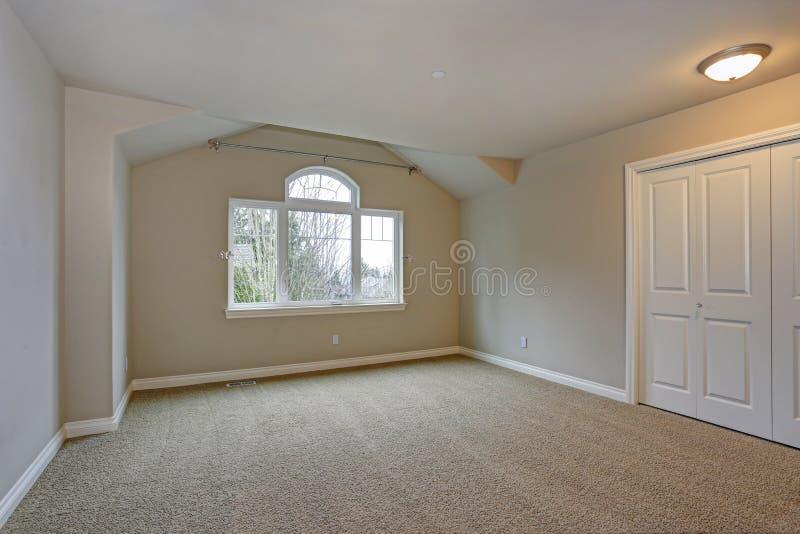 与壁橱的米黄空的室内部 库存图片