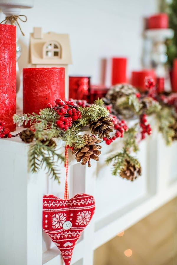 与壁炉的圣诞节装饰在屋子里 免版税库存图片
