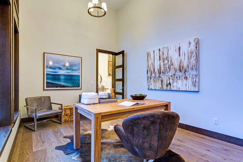 与壁炉的宽敞男性家庭办公室设计 免版税图库摄影