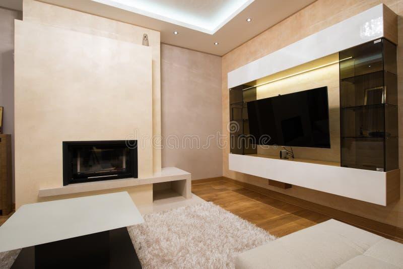 与壁炉的现代客厅内部 免版税库存图片