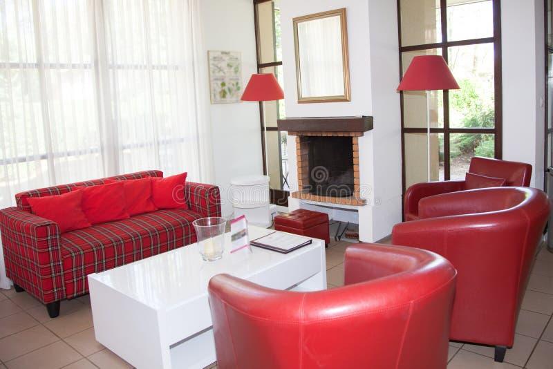 与壁炉的美好的客厅内部 库存图片
