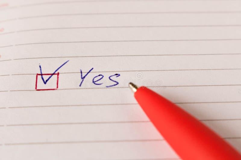 与壁虱和一支笔的题字是在一个空白纸 同意的概念 库存图片