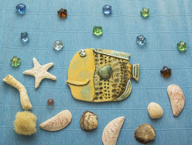 与壳和星的反射的拼贴画陶瓷鱼 免版税库存图片