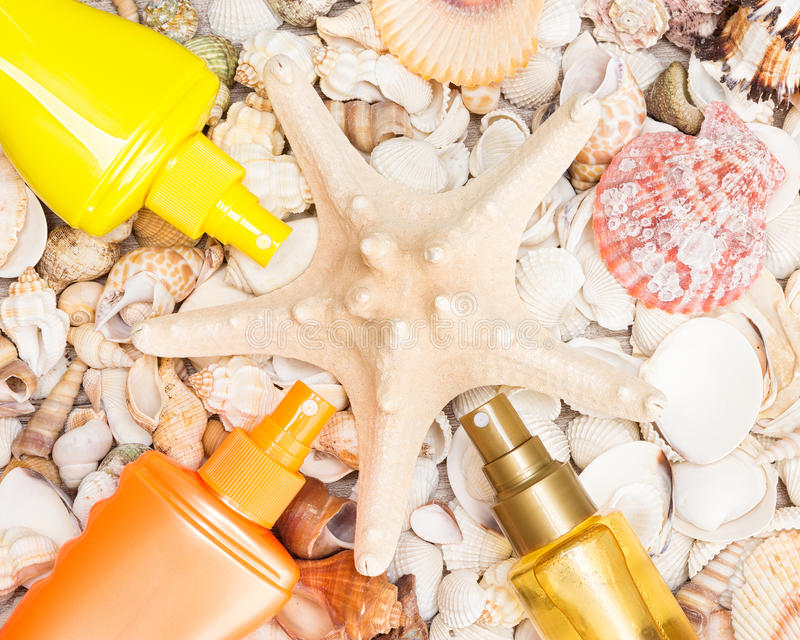 与壳和海星的遮光剂化妆产品 库存照片