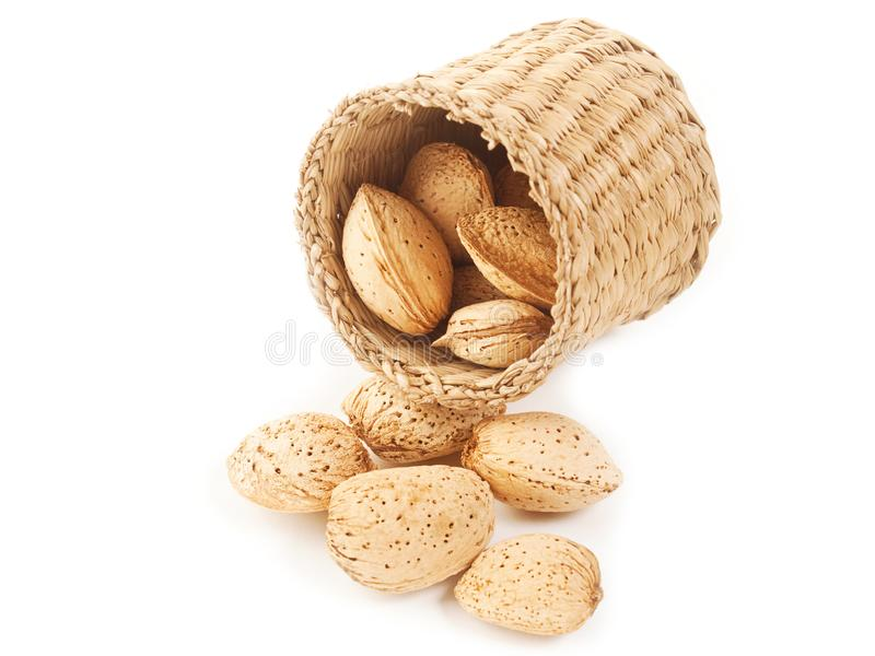 与壳的杏仁在一个针茅草的篮子 库存照片
