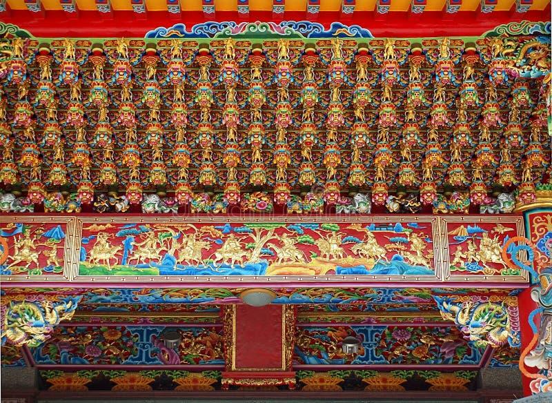 与复杂装饰的中国寺庙天花板 免版税图库摄影