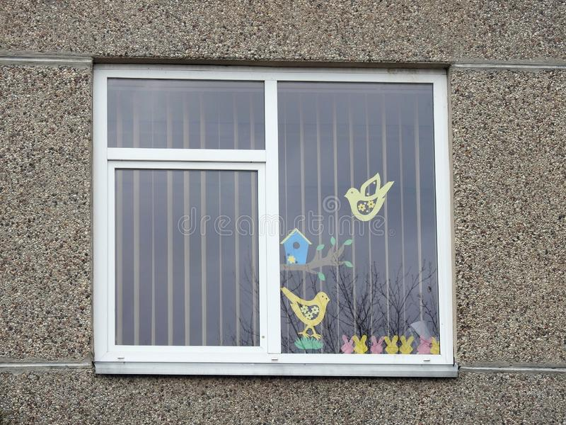 与复活节纸切口的家庭窗口,立陶宛 免版税图库摄影