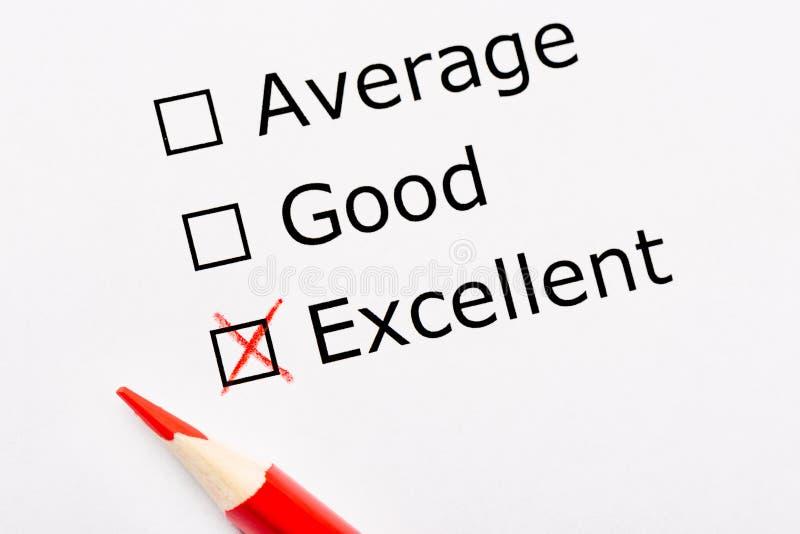 与复选框和红色铅笔的白皮书板料 勘测请求人观点它是否是平均,好或者优秀的 自定义 免版税库存图片