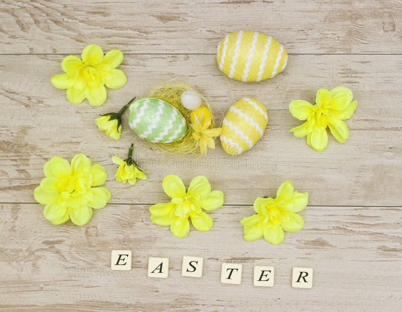 与复活节的题字上色了鸡蛋 库存照片