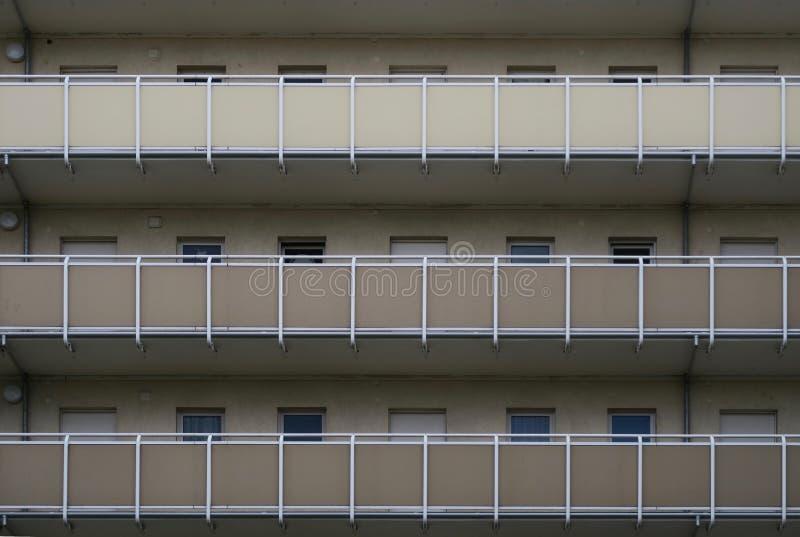 与外在通道的公寓楼 库存照片