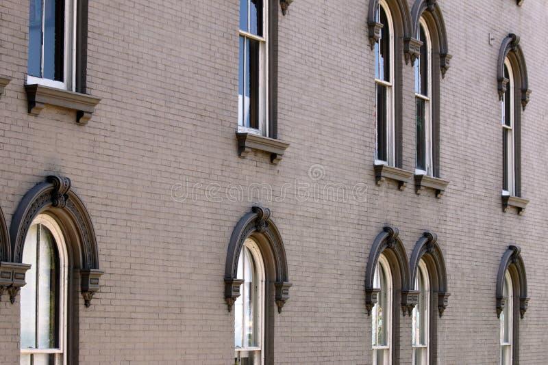 与外部的窗口的商业砖瓦房 免版税图库摄影