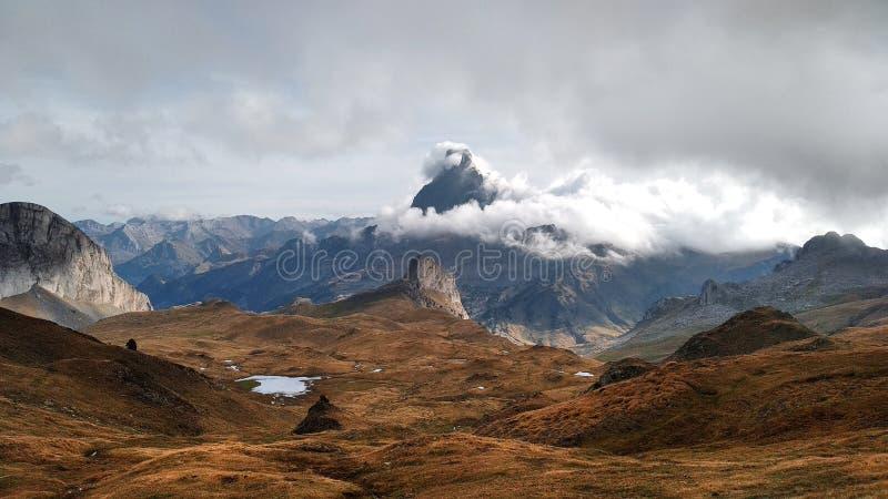与多云天空、山和湖的风景 库存照片