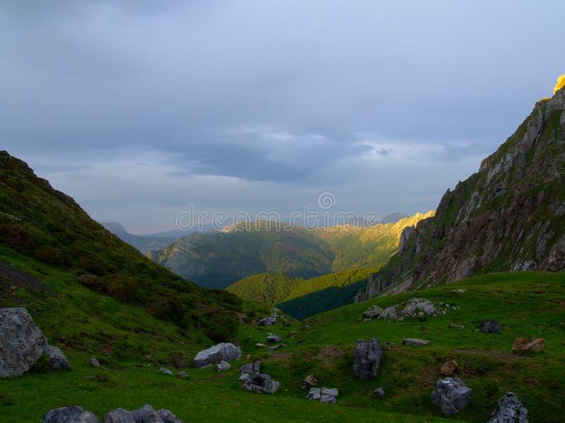 与多云天空和一个森林的典型的山风景在背景中 免版税库存图片