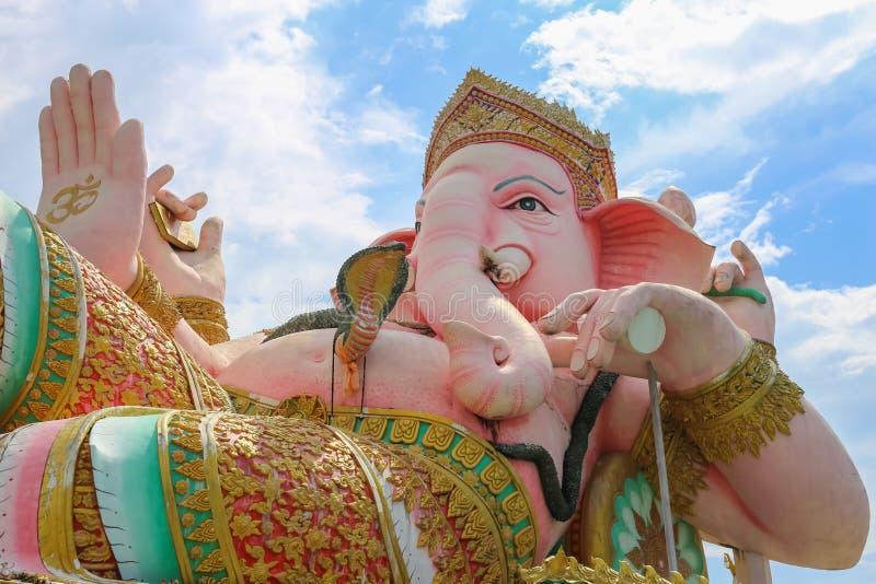 与多云天空的Ganesha雕象 库存图片