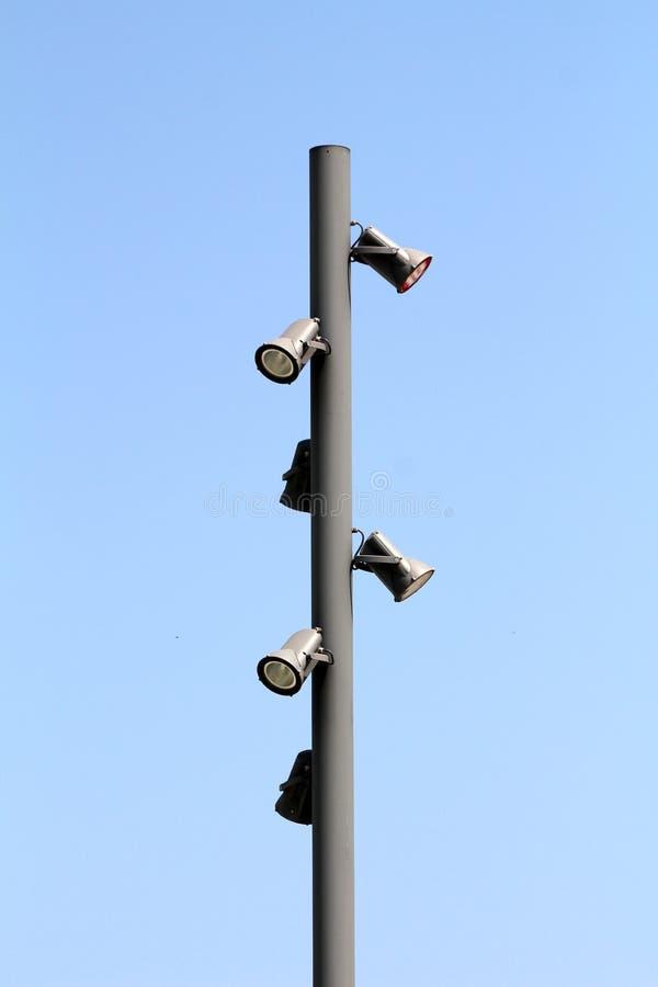 与多台轻的反射器的高强的金属杆在各方面登上了 图库摄影