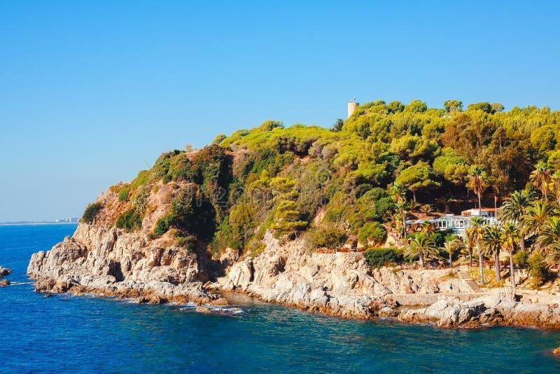 与多岩石的海滩的海景在略雷特德马尔,科斯塔brava,西班牙 库存照片