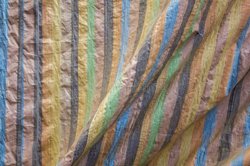 与多彩多姿的垂直条纹和折叠的篷布 毛面纹理 库存图片