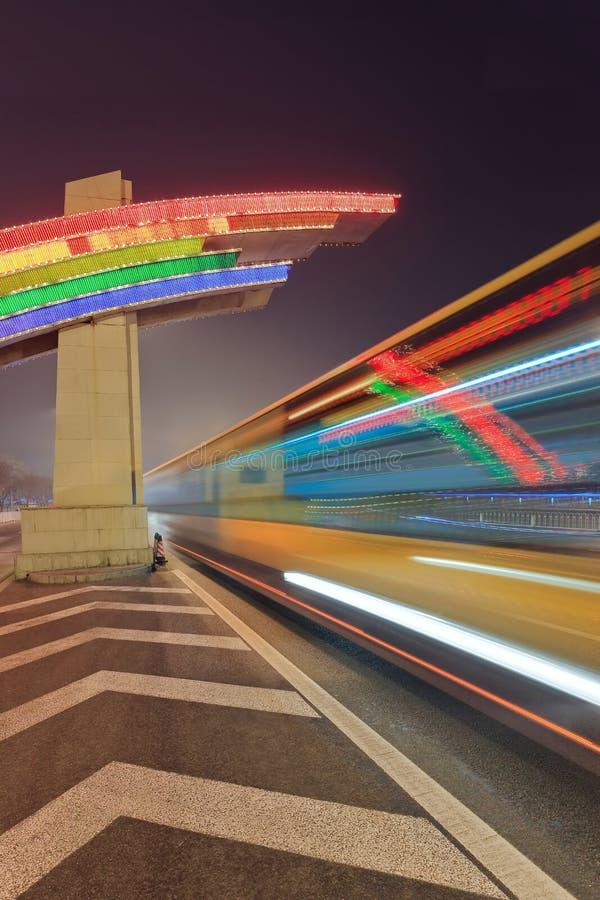 与多彩多姿的氖的夜在行动迷离,北京,中国的场面和交通 免版税库存图片